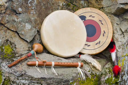 tambor: Tambores del nativo americano, flauta y Shaker