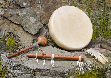 tambor: Nativo americano tambor, flauta y Shaker Foto de archivo
