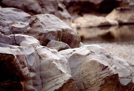 margen: Las rocas por la margen del r�o