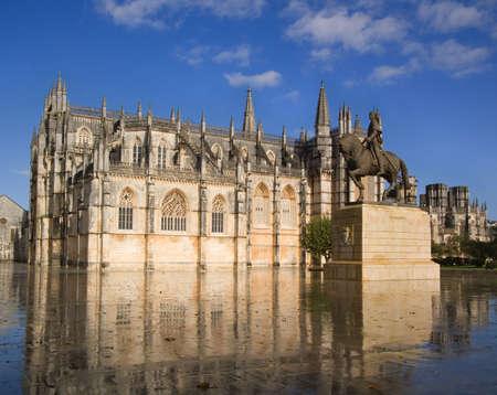 monasteri: Monastero di Santa Maria da Vit?ria e la statua del cavaliere Nuno ?lvares Pereira. Batalha, Portogallo Archivio Fotografico