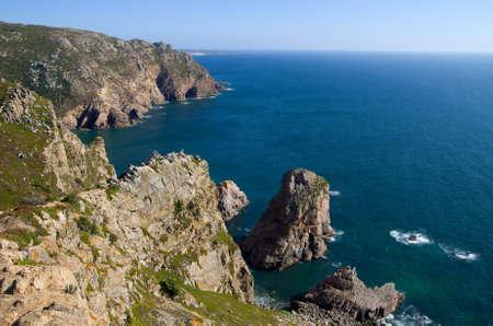 Acantilados y rocas frente al mar por el cabo de Roca. Sintra, Portugal. Foto de archivo - 10719351