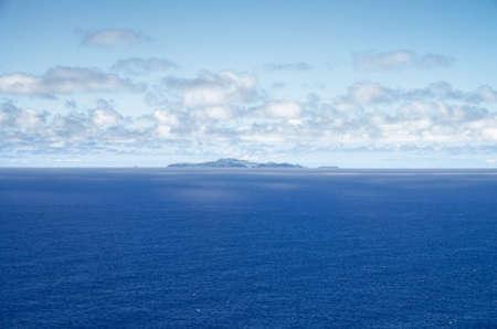 マデイラ島のポルトガルのポンタ デ ・ サン ・ ロウレンソから見た海の真ん中にポルト ・ サント島