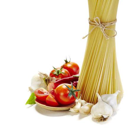 makarony: włoski makaron z pomidorami, czosnkiem i czerwoną papryką chili na białym tle Zdjęcie Seryjne