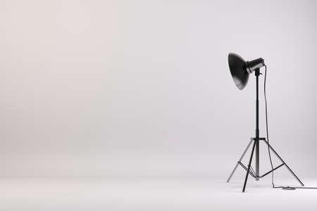 조명과 흰색 배경에 3 차원 스튜디오 설치