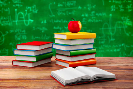 simbolos matematicos: Libros y manzana 3d, fondo de la escuela