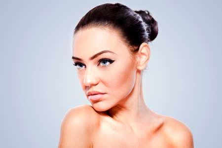 girls naked: Студийный портрет красивой женщины с идеально чистой кожей
