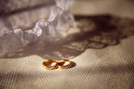 Wedding rings close up on shining background Stockfoto