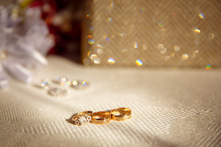 Wedding rings close up on shining background 版權商用圖片