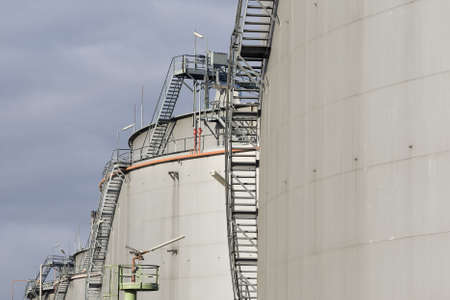 benzin: Tanklager in einer Raffinerie Stock Photo