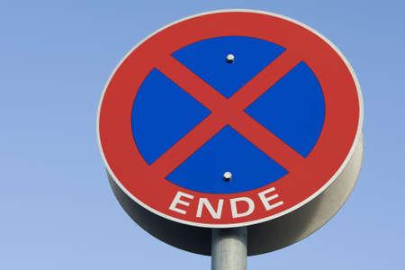 ende: Verbotstafel zum Halten und Parken.