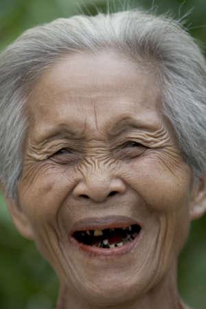 damas antiguas: Retrato de una vieja mujer asi�tica con el pelo gris Foto de archivo