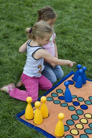 brettspiel: Kinder spielen mit einem Brettspiel