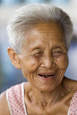 old dame: Ritratto di una vecchia asiatico, donna di Thailandia