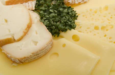 tabla de queso: Bordo de queso, queso en rodajas de carne fr�a Foto de archivo