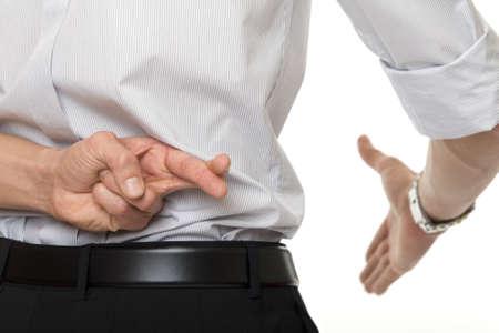 desconfianza: cruzó los dedos en la mano
