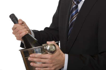 bouteille champagne: Man costume avec bouteille de champagne dans un seau � glace