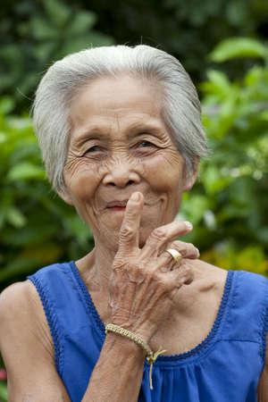 Portrait de femme asiatique ancienne avec des gestes