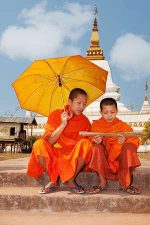 moine: Moine bouddhiste au Laos lors de la lecture des textes anciens  Banque d'images