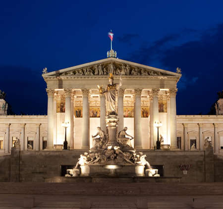 Österreichische Parlamentsgebäude in Wien bei Nacht, historisch an der Ring-Straße