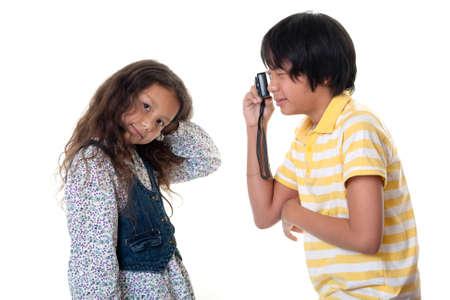 Los niños toman fotos digitales