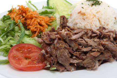 Kebab, Türkisch essen Fleisch und Salat gegen weißen Hintergrund Standard-Bild