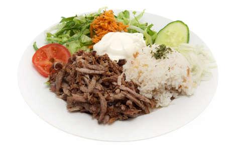 pinchos morunos: Kebab, comida turca con carne y ensalada sobre fondo blanco