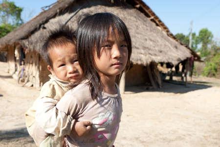 pauvre: Enfants en situation de pauvret� Banque d'images