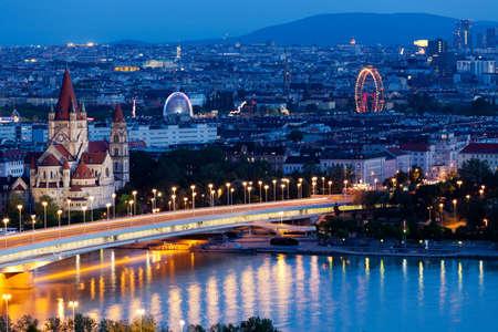 Wenen, luchtfoto 's nachts