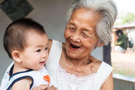 abuela: Abuela asi�tica con el beb�