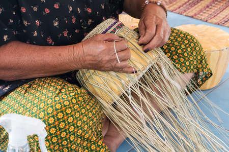 straw hat: Fabbricazione cappello di paglia