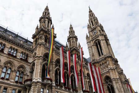 transexual: Ayuntamiento de Viena con la bandera del orgullo