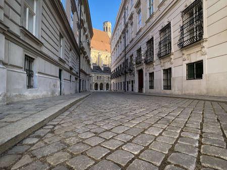 Viena histórica, calle adoquinada llamada Metastasiogasse con Minoritenkirche
