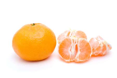 orange peel clove: Tutta mandarino e alcuni segmenti isolati su sfondo bianco