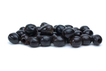 pitted: Alcune olive nere snocciolate isolato su sfondo bianco