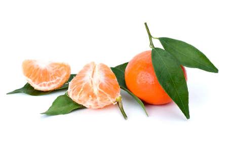 orange peel clove: Mandarini interi e pelati e alcune foglie di mandarino isolate su sfondo bianco