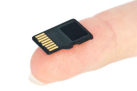 Tiny flash-Speicherkarte auf Fingerspitze isolated on the white background