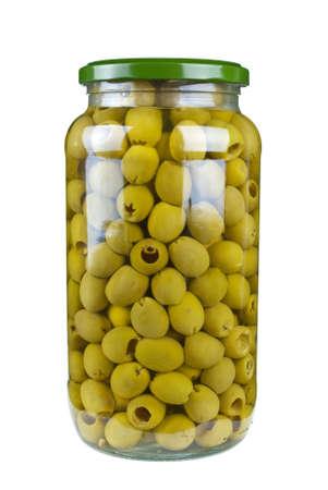 pitted: Vaso di vetro con olive verdi snocciolate isolato su sfondo bianco