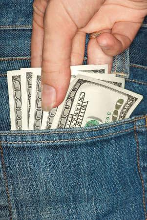 pick money: Carteristas: ladr�n robar algunos bucks desde el bolsillo trasero