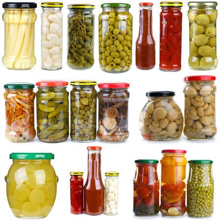 esparragos: Conjunto de bayas diferentes, setas y verduras que se conserva en frascos de vidrio, aislados en el fondo blanco