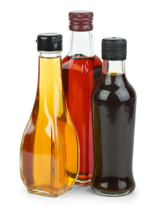Bouteilles de vin rouge, de vinaigre et de sauce de soja isolées sur un fond blanc Banque d'images