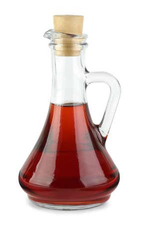 Decantador con vinagre de vino tinto, aislado en el fondo blanco