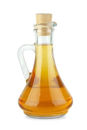 Decantador con vinagre de manzana aislada sobre el fondo blanco