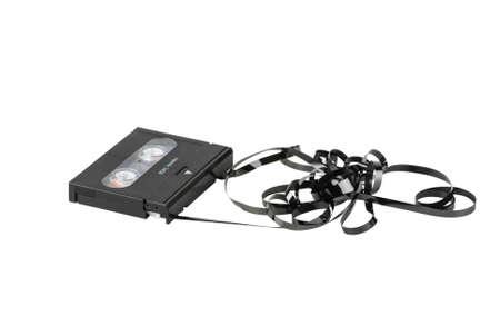 dat: Cassette DAT con nastro aggrovigliato e contorto isolato su sfondo bianco