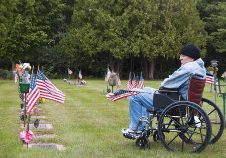Veteran im Rollstuhl in der Erinnerung an seine gefallenen Brüder Cemetary deaktiviert Standard-Bild - 7904307