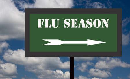 다가오는 인플루엔자 시즌의 방향을 가리키는 고속도로 표지판