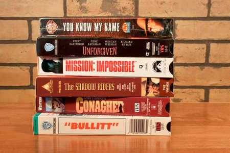 River Falls, Wisconsin-Januar 14,2014: Stapel von Vintage-VHS-Kassetten. Die erste Videorecorder auf VHS verwenden wurde 1976 vermarktet. Standard-Bild - 25261712