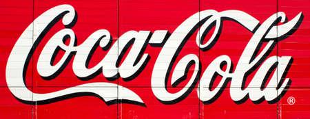 RIVER FALLS WISCONSIN-17 de marzo 2014: Un cartel de Coca-Cola retro en River Falls, Wisconsin en marzo 17,2014. Coca-Cola es uno de los más grandes de refrescos más vendidos en el mundo. Foto de archivo - 26798675