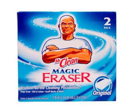 River Falls, Wisconsin-23. April 2014: Ein Paket von Herr Cean Magic Eraser Schwamm. Mr Clean ist ein Produkt der Procter and Gamble Company, Cincinnati, Ohio. Standard-Bild - 27764826