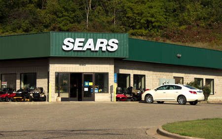 RIVER FALLS,WISCONSIN-SEPTEMBER 22,2014: Sears retail storefront. Sears,Roebuck and Company is the twelveth largest retailer in the United States. 新聞圖片