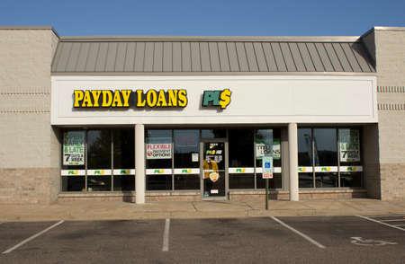 River Falls, Wisconsin-Oktober 20,2014: Zahltag Darlehen Einzelhandel Schaufenster. Payday Loan LLC hat seinen Hauptsitz im kalifornischen Anaheim. Standard-Bild - 32798046